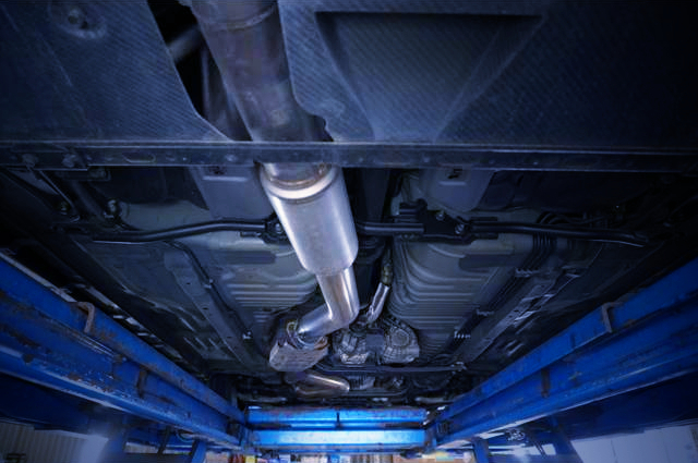 EXHAUST PIPE AT UNDERBODY.