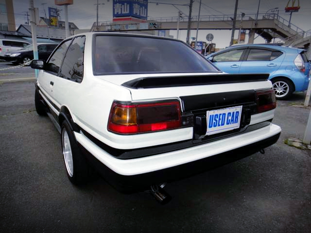 REAR EXTERIOR OF AE86 TRUENO GT-APEX PANDA TWO-TONE.