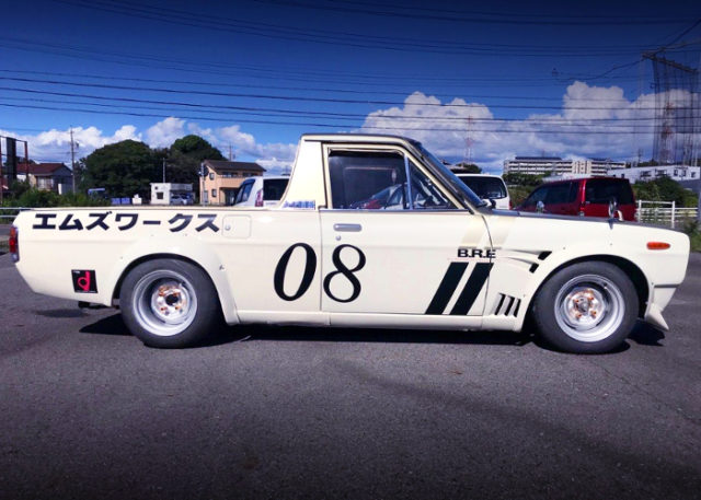 RIGHT-SIDE EXTERIOR OF HAKOSUKA FACE AND BRE LIVERY TO SUNNY TRUCK.