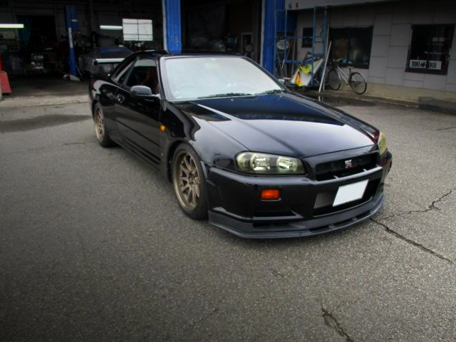 FRONT EXTERIOR OF R34 GT-R TO BLACK PEARL.