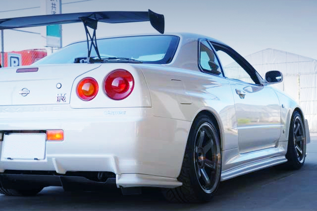 REAR RIGHT-SIDE EXTERIOR OF R34 GT-R V-SPEC TO WHITE.