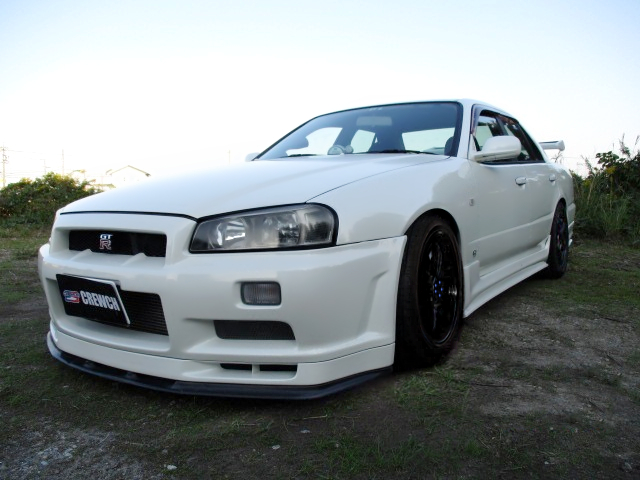 FRONT EXTERIOR OF R34 SKYLINE 4-DOOR.