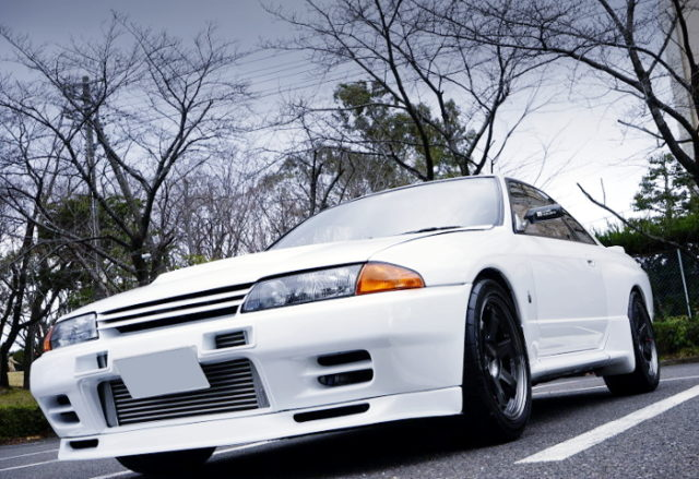 FRONT EXTERIOR OF R32 GT-R WHITE.