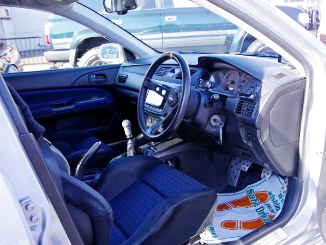 INTERIOR OF EVO 8 GSR.
