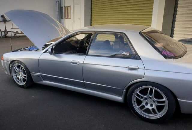 LEFT-SIDE EXTERIOR OF R32 SKYLINE 4-DOOR to SILVER.