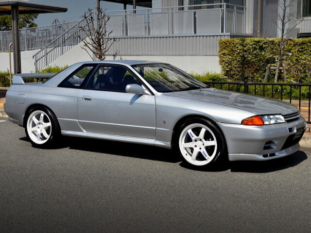 FRONT RIGHT-SIDE EXTERIOR OF R32 GT-R SILVER.