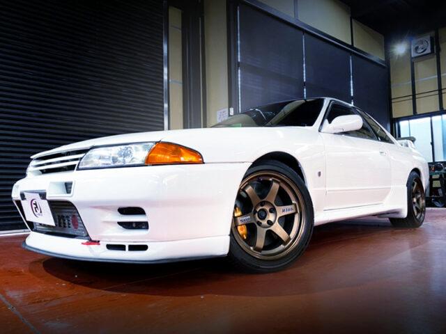 FRONT EXTERIOR OF R32 GT-R V-SPEC WHITE.