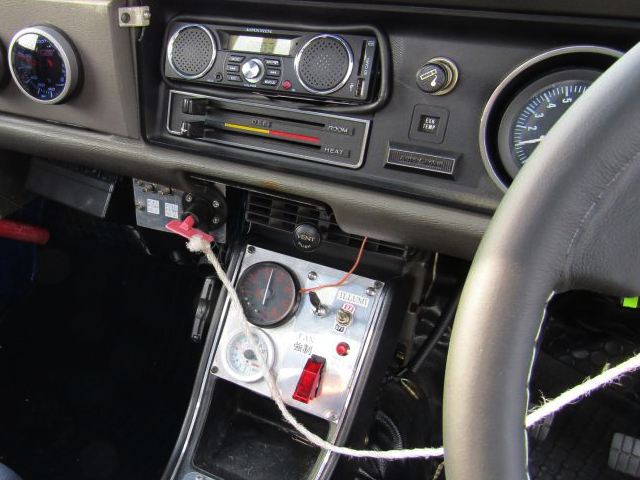 CENTER CONSOLE OF B122 SUNNY TRUCK.