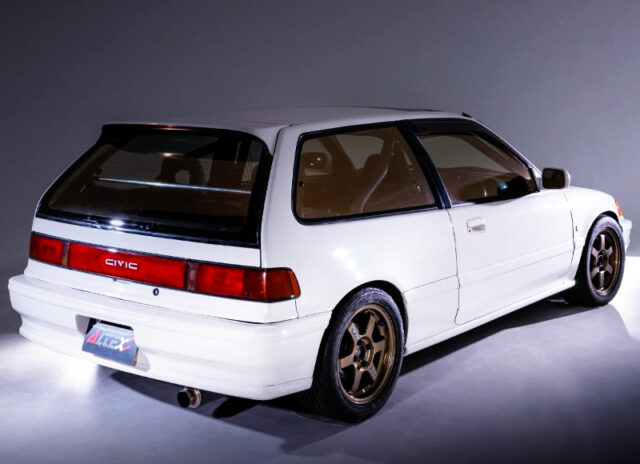 REAR EXTERIOR OF GRAND CIVIC SiR2 WHITE.