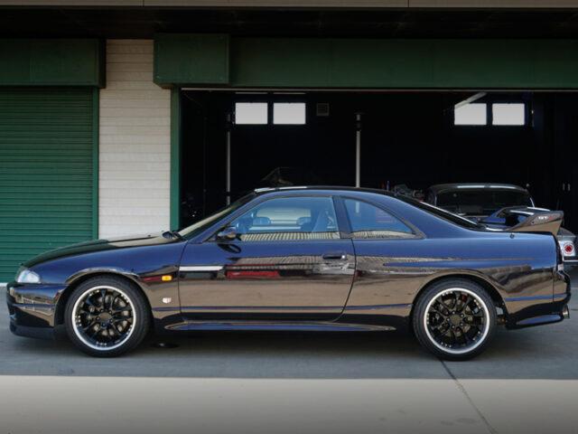 LEFT SIDE EXTERIOR OF R33 GT-R V-SPEC.