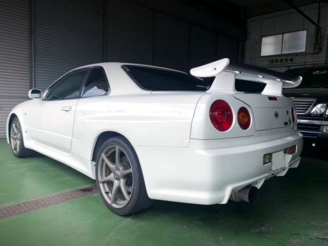 REAR EXTERIOR OF R34 SKYLINE GT-R to LHD.