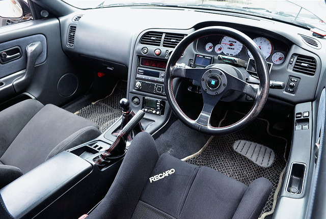 DRIVER'S INTERIOR OF R33 GT-R.