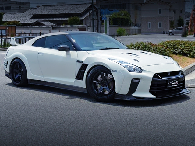 FRONT EXTERIOR OF NISSAN GT-R PREMIUM EDITION.